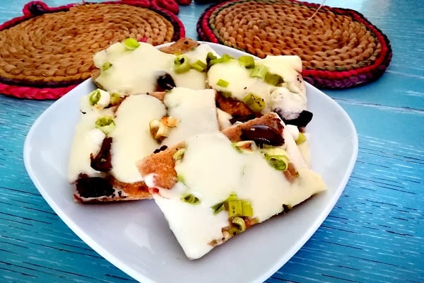 pizza con cipollina fresca, olive e formaggio