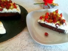 Torta veloce al cioccolato, panna e fragoline