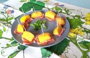 Antipasto di mango e prosciutto crudo
